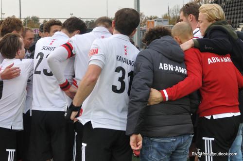 Teambespreking bij Amsterdam. De ploeg verloor van Tilburg.