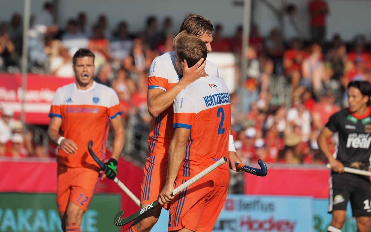Bjorn Kellerman feliciteert Jeroen Hertzberger met het vierde doelpunt van de wedstrijd. Foto: Roel Ubels