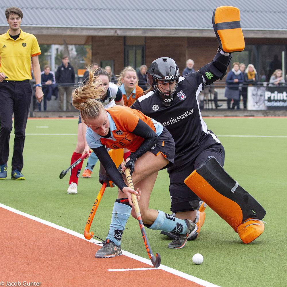 Marle Brenkman in actie tijdens een promotieklasse wedstrijd tegen Huizen