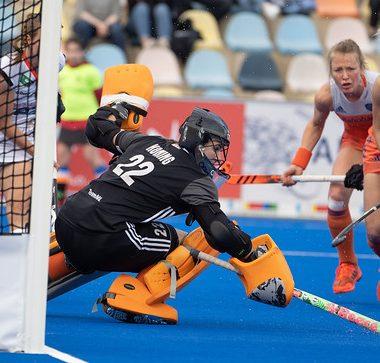 Josine Koning maakt een duik voor Oranje.