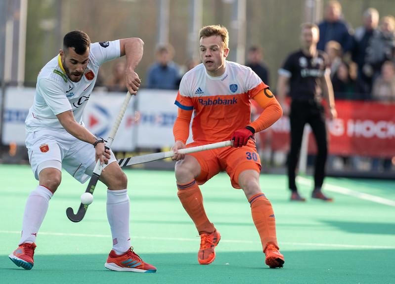 Mink van der Weerden in actie tijdens het EK Hockey tegen Spanje.