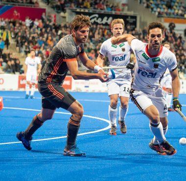 Bjorn Kellerman in duel met een Duitse verdediger.