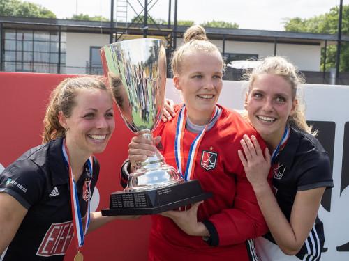 Kimberly Thompson viert feest nadat de landstitel in 2019 werd veroverd ten koste van Den Bosch.