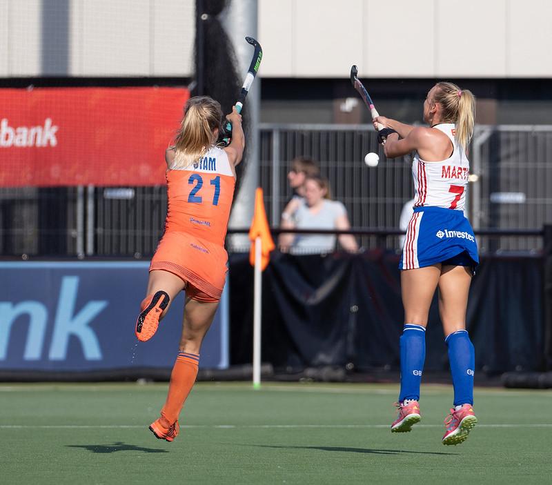 Hannah Martin is als eerste bij een hoge bal, als Lauren Stam (links), de bal nog probeert de onderscheppen.