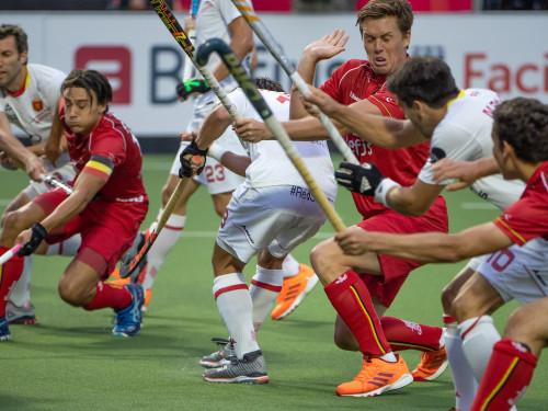 Tom Boon in duel met de Spaanse defensie. Foto: Roel Ubels