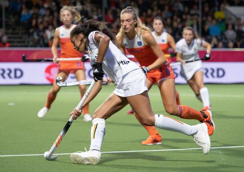 Sanne Koolen kon met pijn en moeite de snelle Ballenghien stoppen op het EK Hockey 2019.