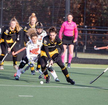 Maria Verschoor probeert de bal van Frederique Matla af te pakken