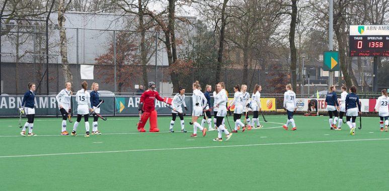 De dames van Pinoké bereiden zich voor op de wedstrijd tegen Laren.