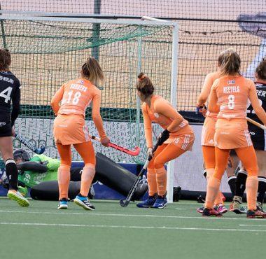 De dames van Oranje kijken of de sleep van Ireen van den Assem in de goal gaat.