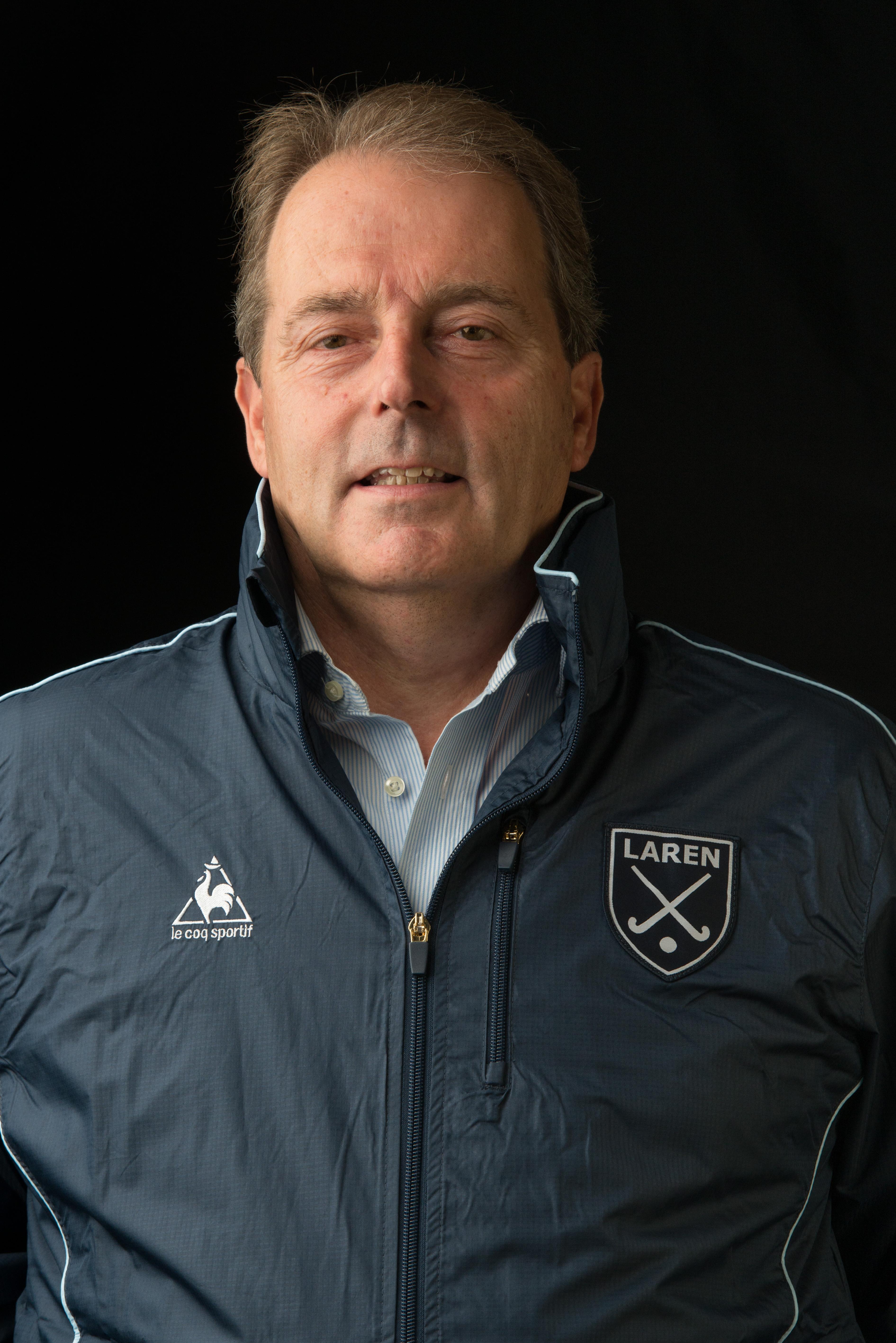 Dick Roodhuijzen de Vries, Manager Laren