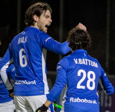 Lars Balk viert feest met zijn teamgenoten. Kampong komt op een 0-1 voorsprong tegen Tilburg. Uiteindelijk speelt de ploeg gelijk met 1-1.