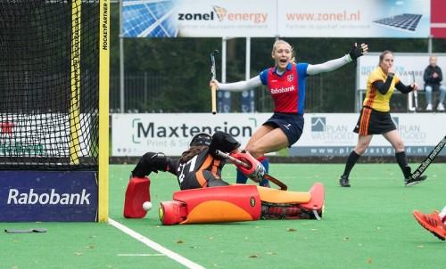 Kyra Fortuin juicht nadat SCHC een doelpunt heeft gemaakt.
