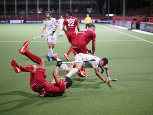 Harde duels om de bal. Foto: Roel Ubels