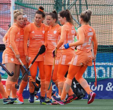 Pien Dicke viert feest met haar teamgenoten van Oranje.