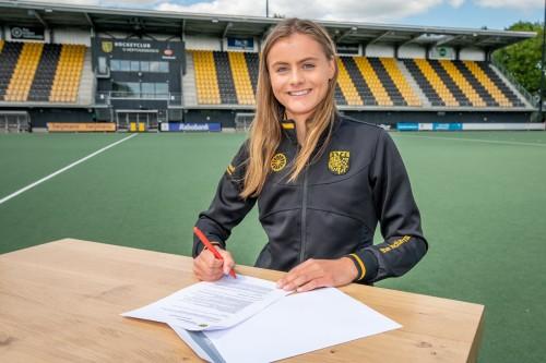 Emmeliene Oonk tekent voor het eerst een professioneel contract bij HC Den Bosch.