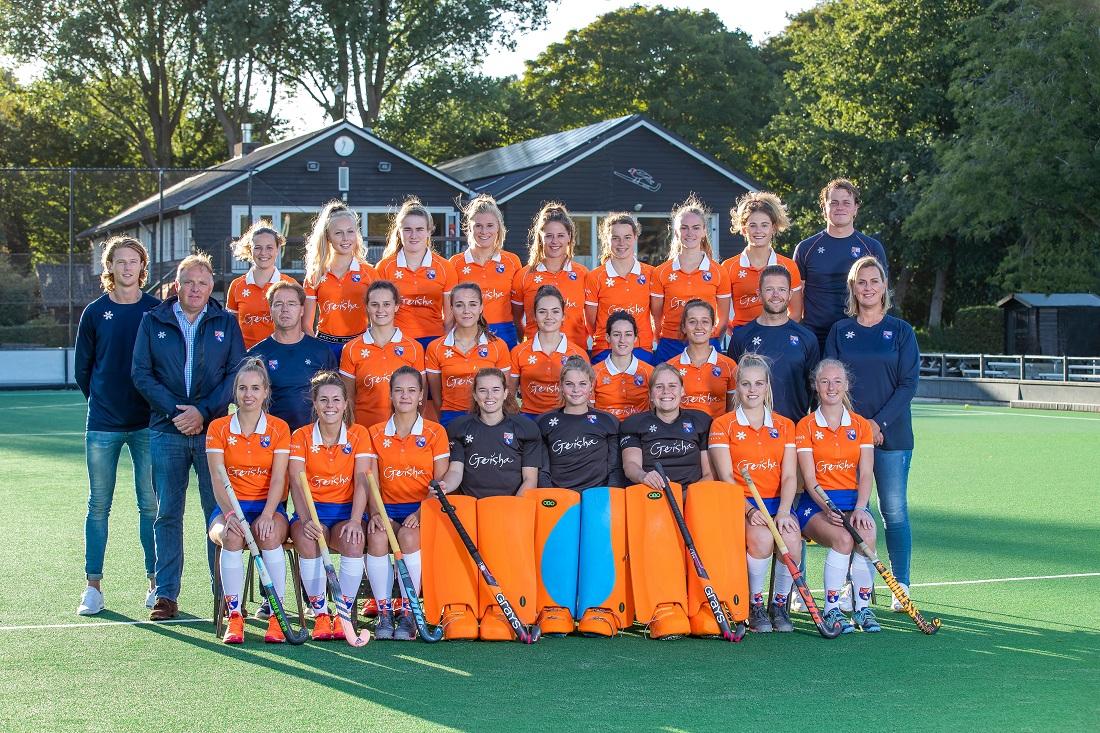 BLOEMENDAAL - teamfoto Bloemendaal Dames I, voor: Fee Schreuder (Bldaal) , Myrthe van Kesteren (Bldaal) , Sanne Caarls (Bldaal) , keeper Zoe Van den Barselaar (Bldaal) , keeper Danique Visser (Bldaal) , keeper Diana Beemster (Bldaal) , Kim van Leeuwen (Bldaal) , Laurien Boot (Bldaal). midden: fysio Jordy van den Berg (Bldaal) , coach Jeroen Visser (Bldaal) , assistent coach Diederik van Weel (Bldaal) Nine Rijna (Bldaal) , Carmel Bosch (Bldaal) , Noor Smit (Bldaal) , Pili Romang (Bldaal) , Sterre Bregman (Bldaal) , conditietrainer Bobby Stevens (Bldaal) , manager Josiene Jessurun (Bldaal) . achter Ylene Sijnesael (Bldaal) , Lilli de Nooijer (Bldaal) , Demi Hilterman (Bldaal) , Sascha Olderaan (Bldaal) , Lynn Oosterveer (Bldaal) , Malou Nanninga (Bldaal) , Michelle van der Drift (Bldaal) , Cis van de Salm (Bldaal) , assistent-trainer Vincent Opgelder. Dames I van HC Bloemendaal , seizoen 2019/2020.   COPYRIGHT KOEN SUYK
