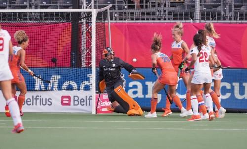 Maria Verschoor doet een doelpoging. Foto: Roel Ubels