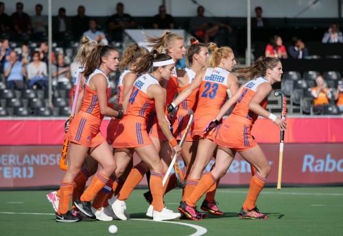 De Nederlandse dames vieren het eerste doelpunt van van Maasakker. Foto: Roel Ubels