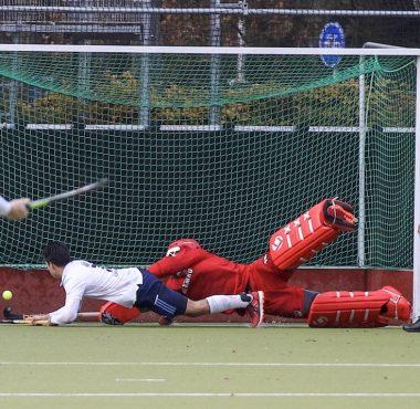 Jair van der Horst scoort het winnende doelpunt voor Tilburg tegen Amsterdam.