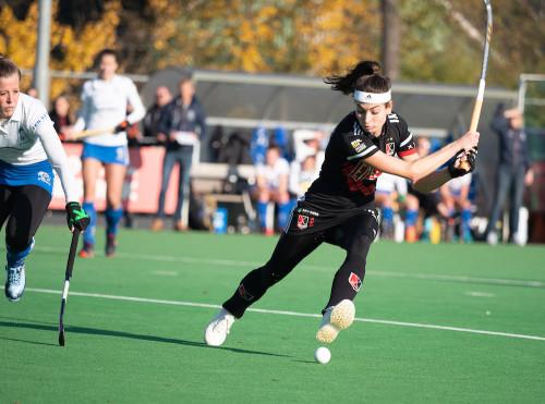 Eva de Goede scoort de 0 - 1 tegen HDM.